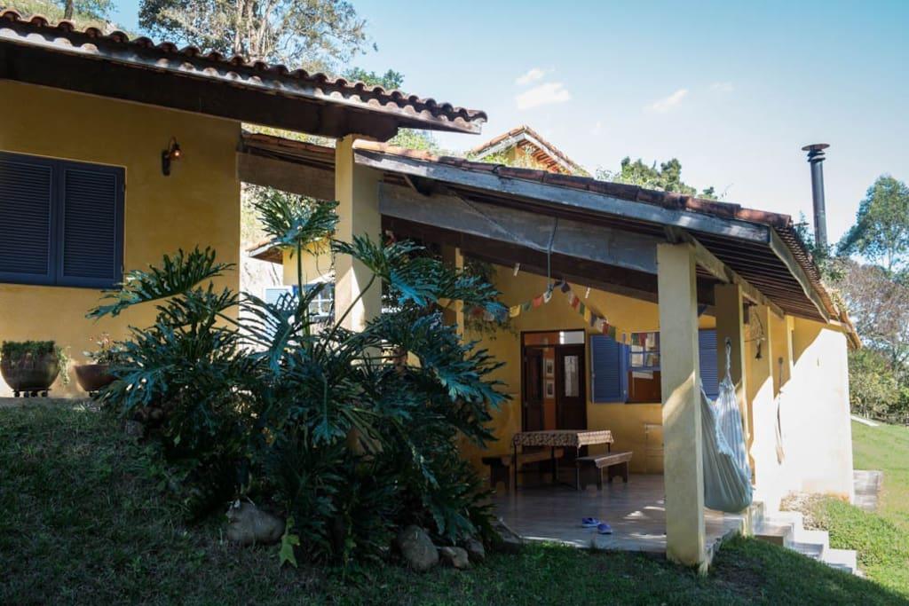 dois dos quartos são interligados à casa por uma enorme varanda