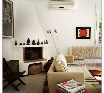 beautiful Villa home, in a desirable residential area of Marrakech. Nestled in the lush part of Gueliz, this very charming 1950's home is in a quiet and calm neighborhood, close to Lycée Victor Hugo. The room has a charming view, is tasteful.