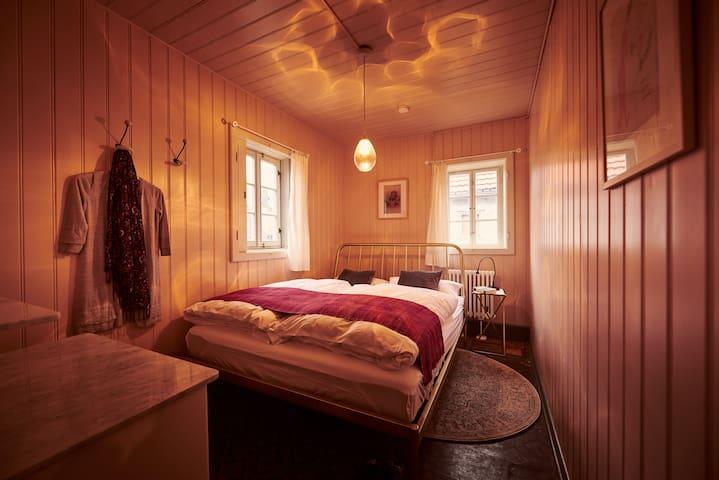 Rosa Zimmer mit Doppelbett (1,60m breit) und historischem Linoleum
