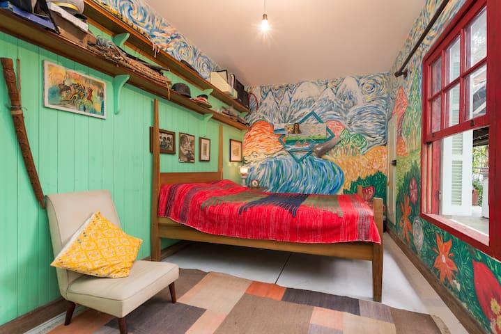 quarto pintado, amplo e agradável.