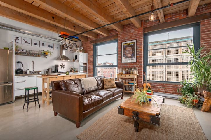 Cozy loft in the heart of gastown!