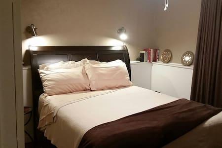 Queen Suite, private bathroom & living/TV area - Casa