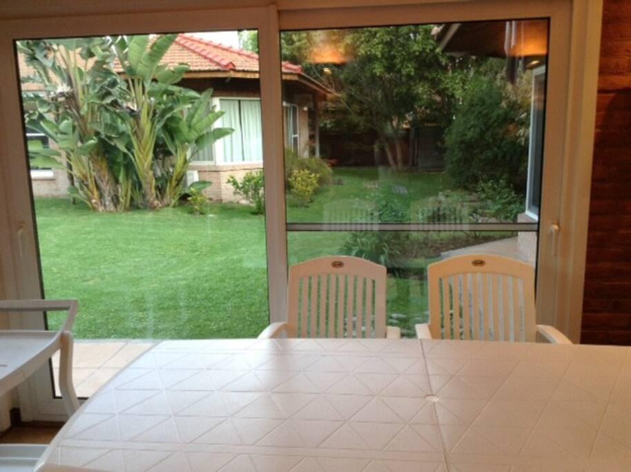 Vista al jardín desde living comdedor.