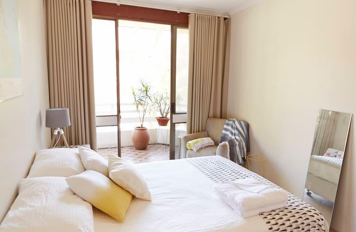 Sunny bedroom in Bondi Beach - North Bondi - Rumah bandar