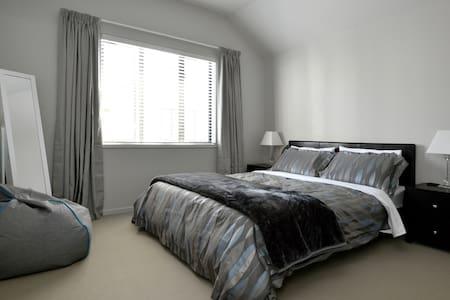 Quiet Clean Comfy near Auckland CBD - Townhouse
