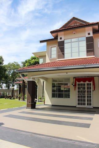 Home2U Holiday Home Bukit Indah, JB - Johor Bahru