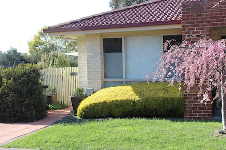 Tea Gardens Pet Friendly Home Stay - Gungahlin - Bed & Breakfast