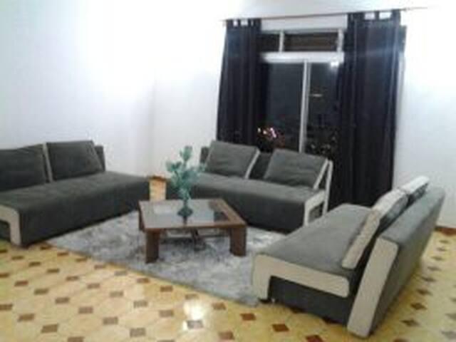 salon équipé de 3 canapés lits soit 6 couchages au total