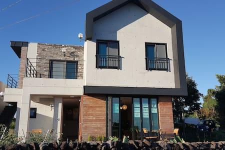"""올레4코스 서귀포 바닷가 전원주택형 카페&게스트하우스 """"매일더탐나"""" 1호 - Casa de hóspedes"""
