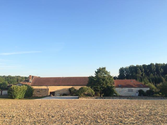 A droite, le gîte ; à gauche, la grange qui abrite la table de ping-pong