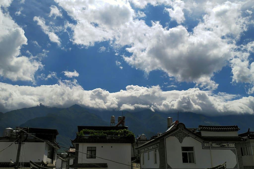 望山而居#在天台上看云看苍山,是我最喜欢做的事情。