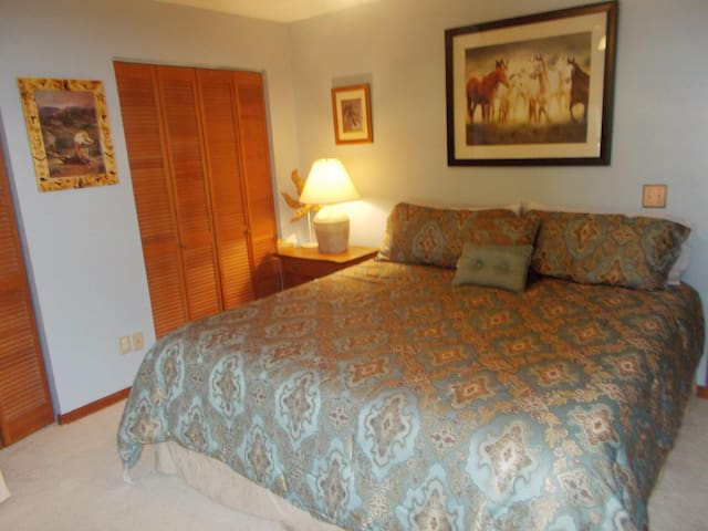 "Comfortable Room at the ""Ranch!"" - Edgewater - Huis"