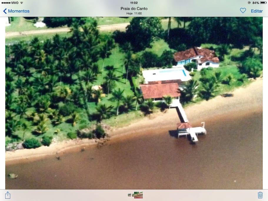 Vista aérea da chácara, com pier, salão de festas e garagens, play-ground, piscinas e casa sede. Todas as áreas sao privativas!!!