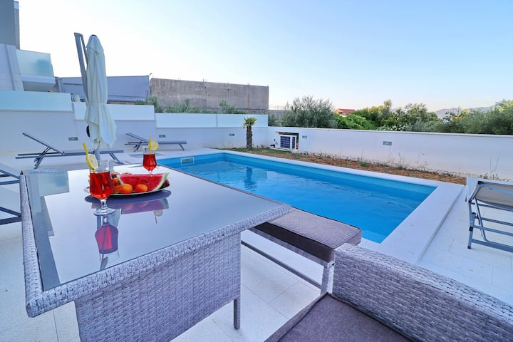 Villa Dalmatinka - Four-Bedroom Villa with Pool and Patio