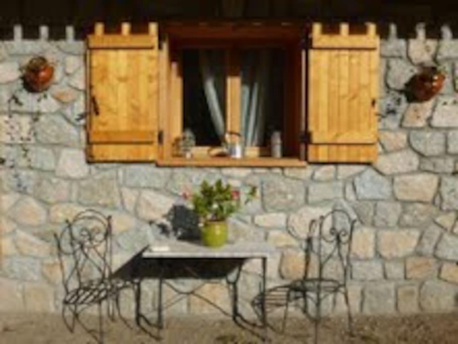 Petit coin café dans le jardin ...