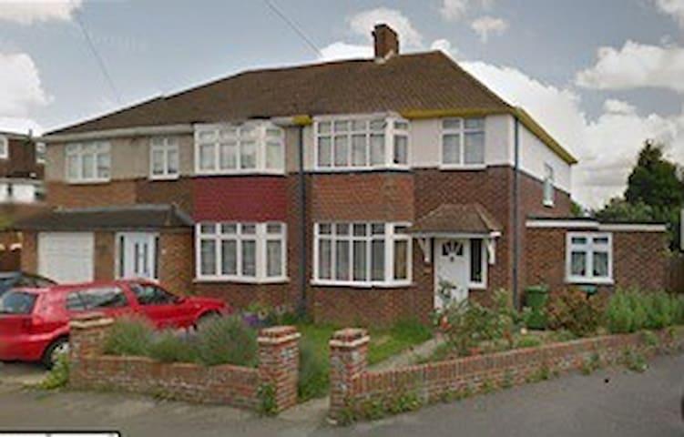 Spacious property in Sunbury - Sunbury-on-Thames - Talo
