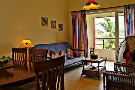 50mtrs to the beach w/ pool, WIFI & fully equipped - Appartement