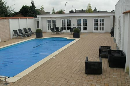 Beautiful poolhouse close to centre - Hengelo - Stuga