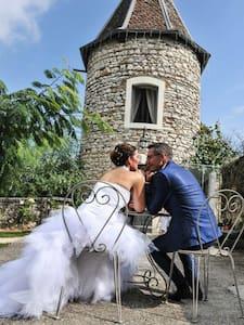 Séjour en amoureux en pigeonnier !! - Vignieu - Schloss
