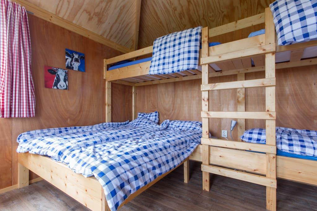 De bedden, hier al opgemaakt, maar u kunt ook u eigen slaapzak mee  nemen.