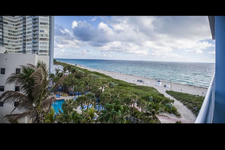 **Spring Discount** Direct Ocean Views at this Beachfront Condo - Short Stroll from Shops & Dining