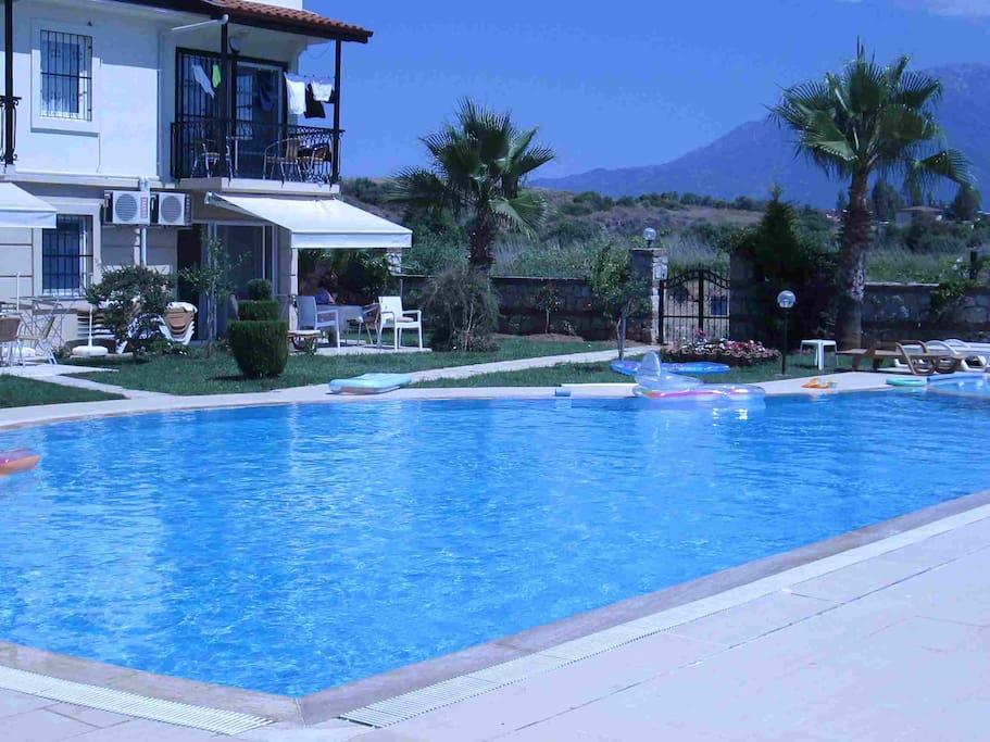 weitläufig Anlage mit Pool, geschützte  Anlage