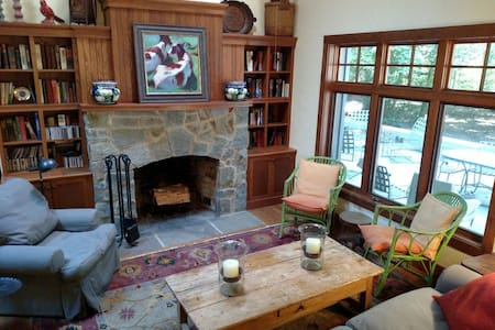 Cozy Riverside Cottage in the Woods - Greensboro - Casa