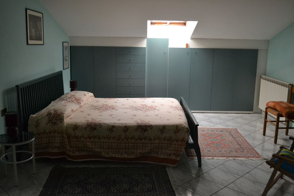 Una camera da letto con 1 letto matrimoniale e 1 singolo - One bedroom with 1 double bed and 1 single bed