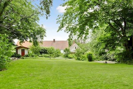 Charmigt hus med härlig trädgård - Smedstorp