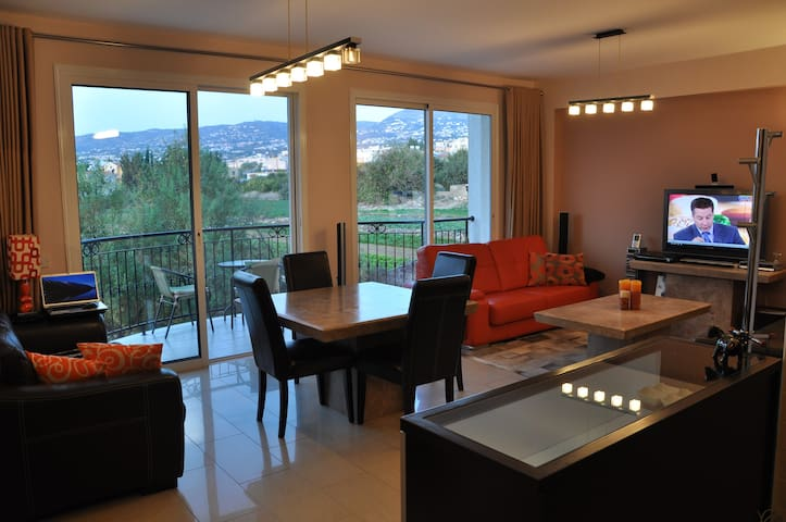 Amasing two bedroom apt on hill! - Emba - Departamento