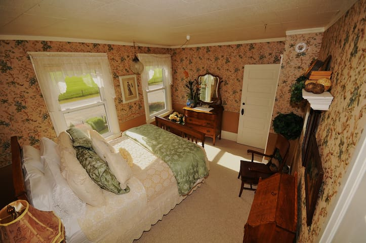 C Tiger Oak Room $135 Sleeps 2 w/ Full Breakfast,