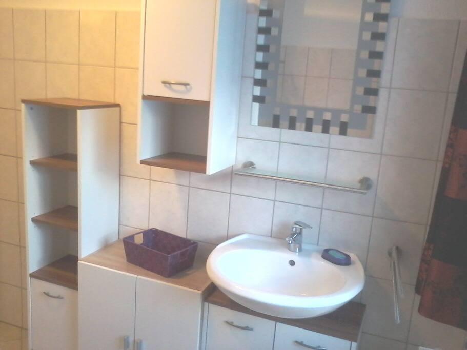 Viel Platz im Bad mit Dusche/WC