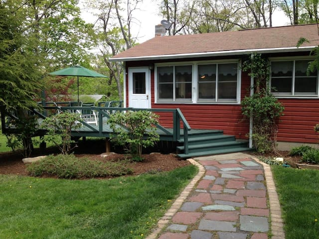 The Red Cottage at Copake Lake - Hillsdale - House