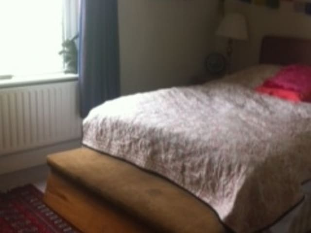 Lovely double room with a fab view - Shipley
