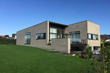 Moderne villa med udsigt - Lystrup