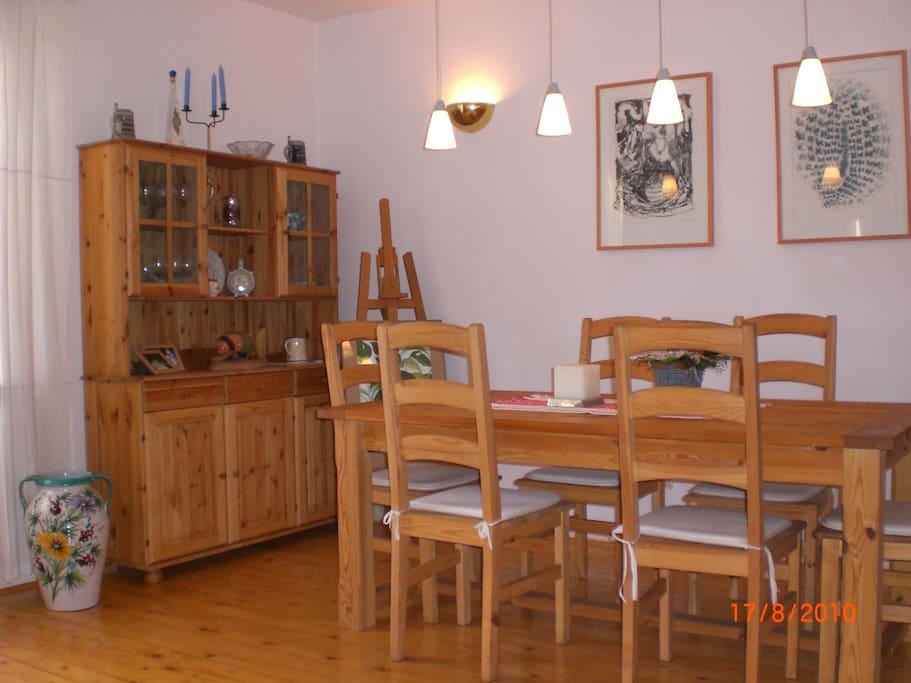 Wohnzimmer mit großem Tisch