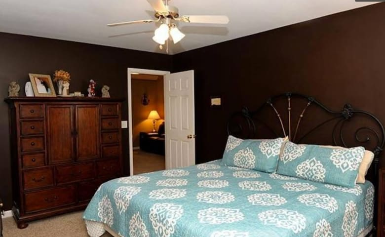 Master bedroom suite / private bath / jacuzzi tub - Chattanooga - Rumah