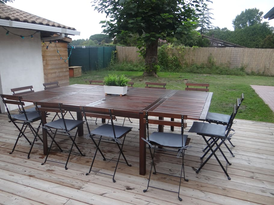 Table extérieure qui peut accueillir 12 convives