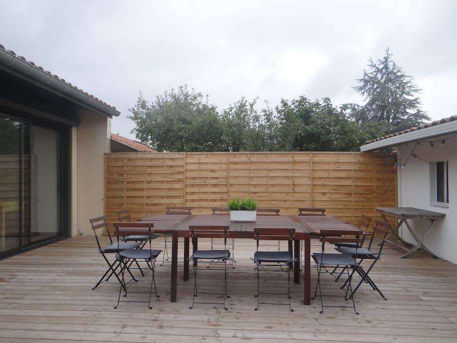 Belle terrasse en bois. Barbecue, plancha et douche extérieure.