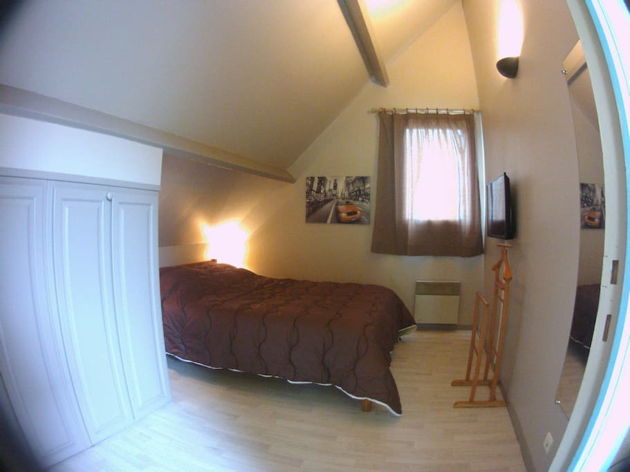 Chambre avec télévision LED