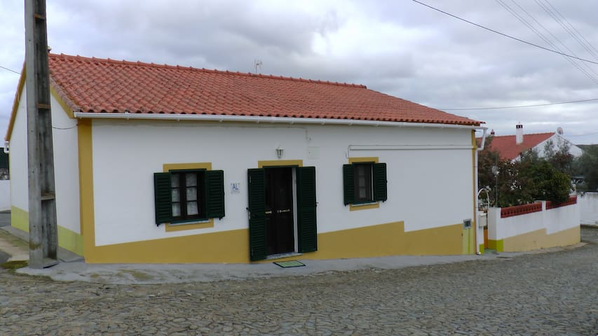The Old House with private garden - Mértola - Haus