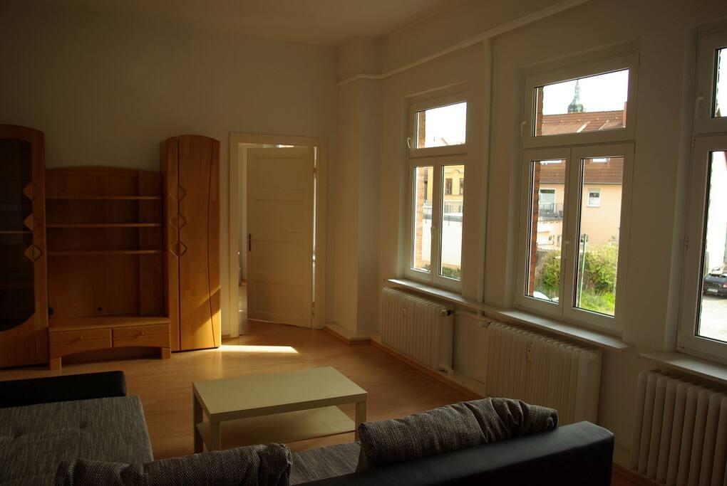 Wohnzimmer (inzwischen mit TV) -Esszimmer - Schlafsofa