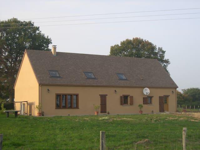 Maison type longère à la campagne - Autry-Issards - Hus
