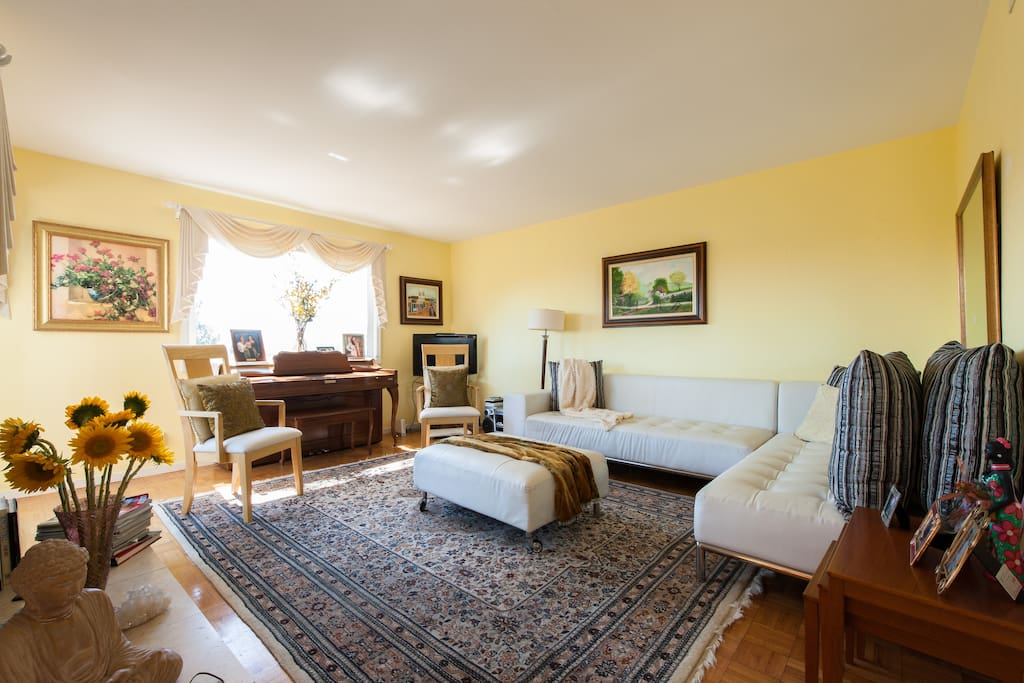Spacious living room  where one can play the piano looking to the gorgeous Mt. Tamalpais. Sala com Vista p/M.Tamalpais.