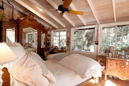 Romantic Europe in the Trees -Tree House Retreat - Topanga Canyon - Hús
