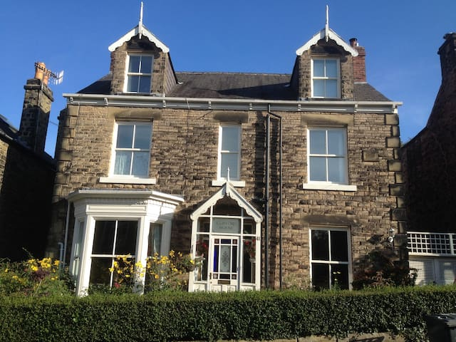 1 or 2 doubles, own shower, breakfast - Sheffield - House