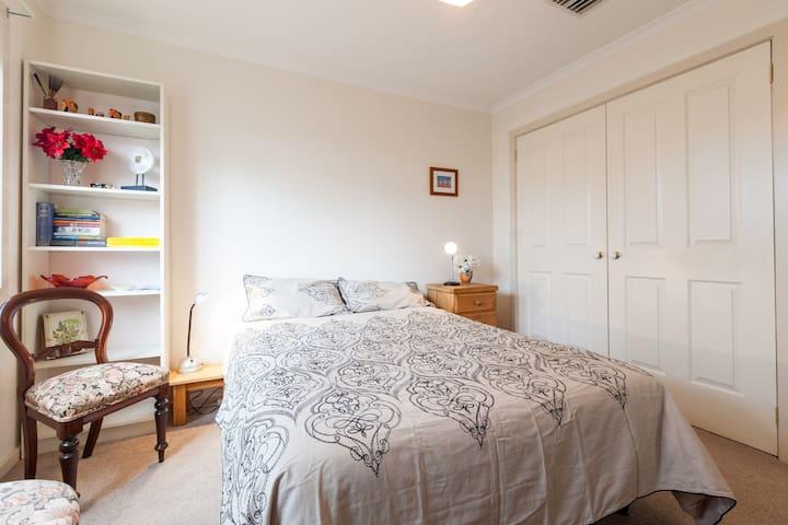 Comfy bedrooms / off street parking - Heidelberg Heights