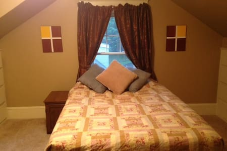 Cute Room in Home Close to Downtown