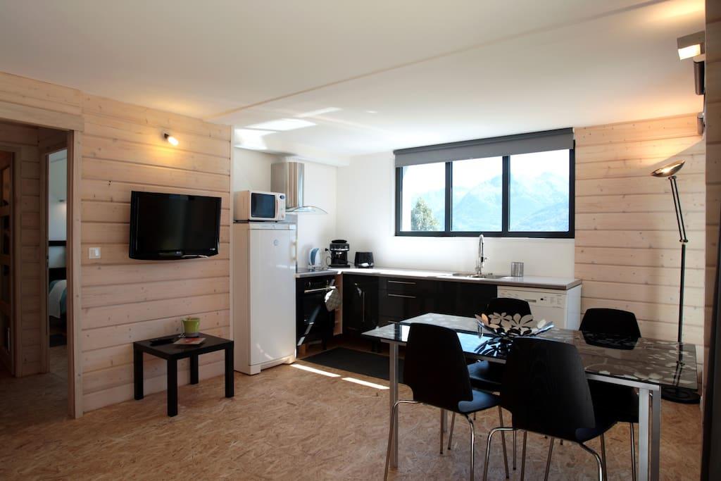 À gauche de la photo, la porte donne sur la chambre et la salle de bain