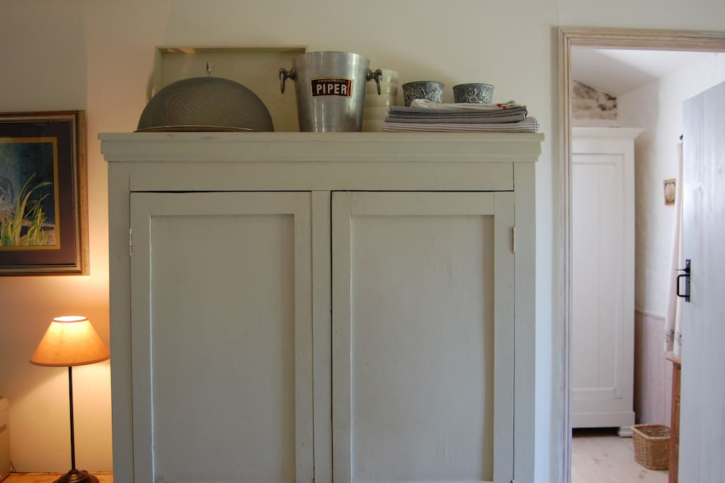 The kitchen cupboard has everything foodies need to cook up a feast!